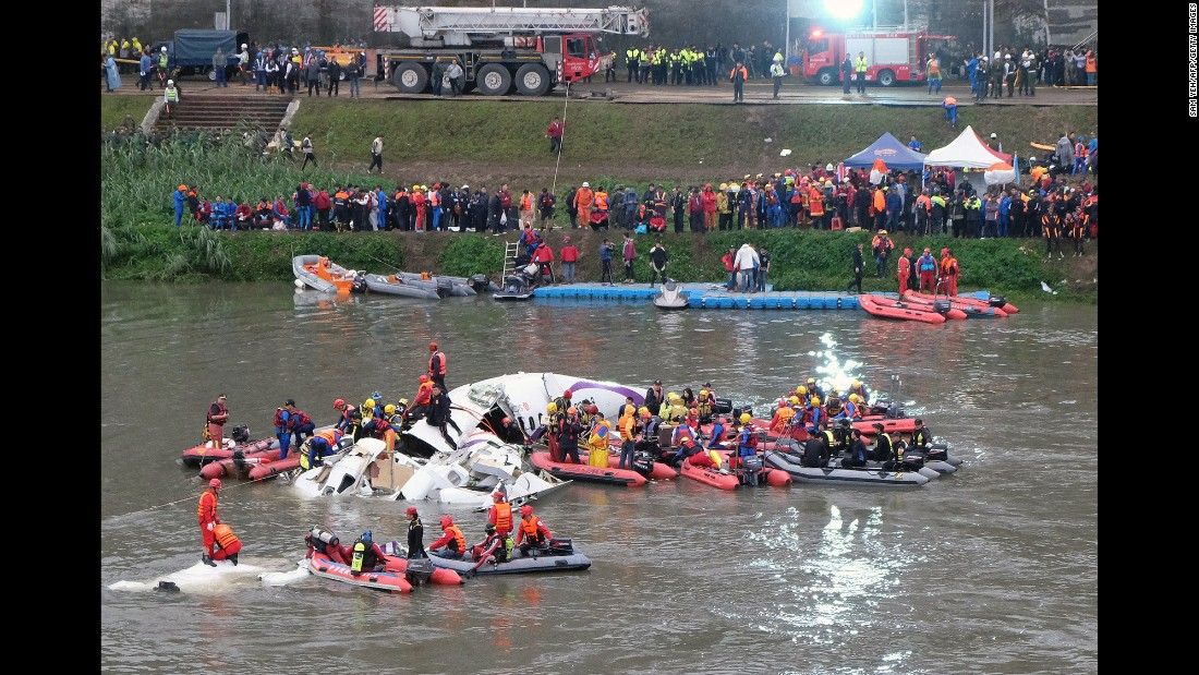 Rescue personnel search for passengers in the Keelung River on February 4.