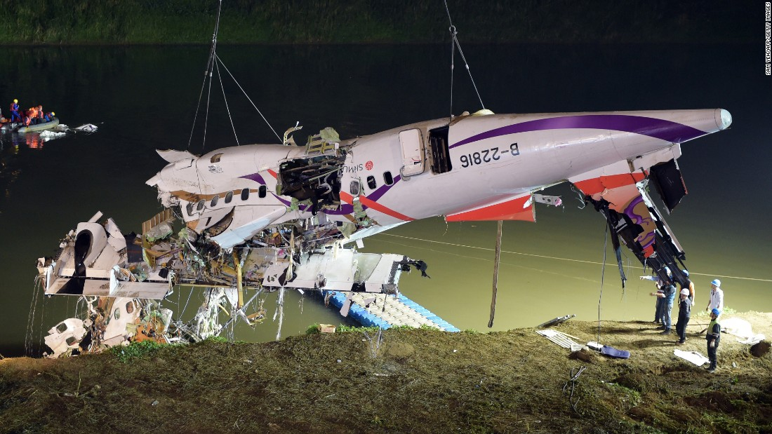 Rescuers lift the plane's wreckage from the Keelung River on February 4.