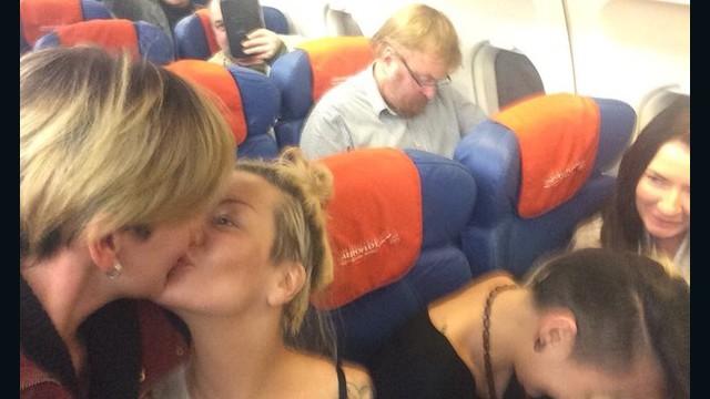 Lesbianas rusas se toman una selfie besándose frente a un legislador antigay