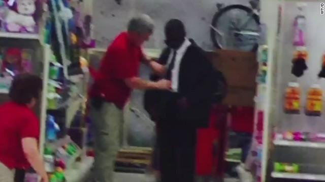 La conmovedora historia detrás de la foto viral de un joven que compra una corbata en Target