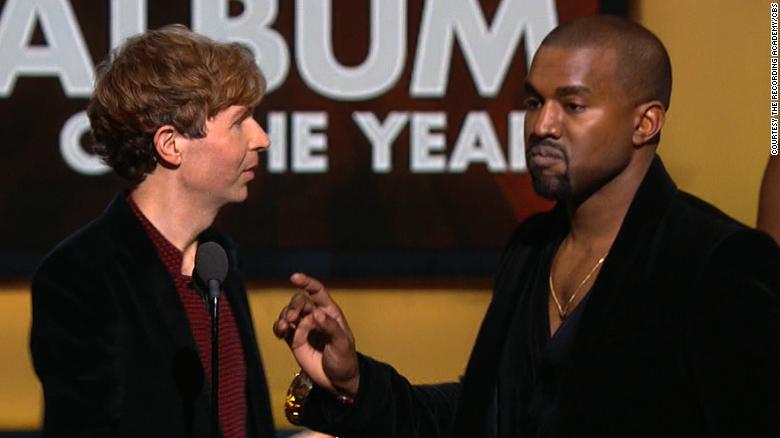 Kanye West se contuvo de interrumpir a Beck en el escenario de los Grammy