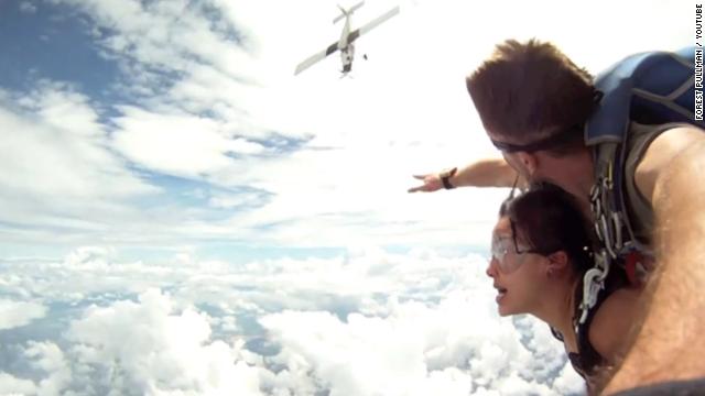 Aterrador video de una avioneta que por poco impacta a paracaidistas