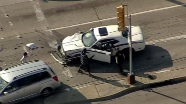 Una madre 'detiene' a un ladrón de autos tras un peligroso choque