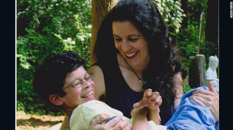 Madre 'irrazonable' abraza el mundo de los niños discapacitados