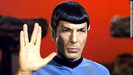 STAR TREK, Leonard Nimoy, on Vulcan, giving the 'Live Long & Prosper' salute, in Ep#34: 'Amok Time' 9/15/67. (c)Paramount. Courtesy: Everett Collection.