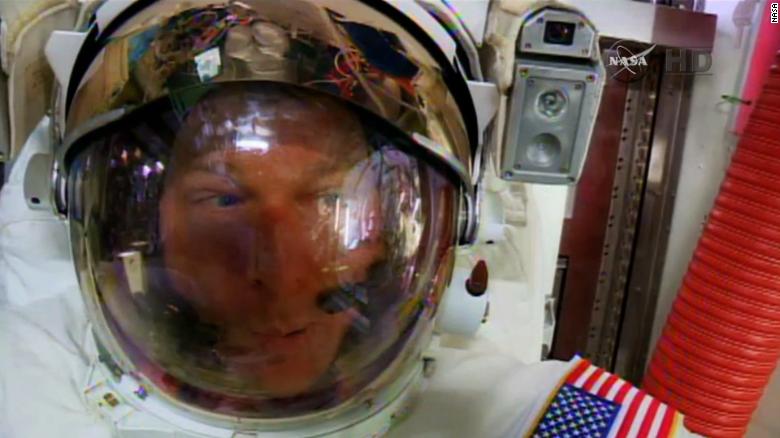 Astronautas realizan caminata espacial a pesar de encontrar agua en el casco