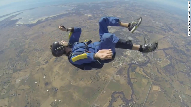 Impresionante video de un paracaidista que se desmayó en plena caída libre