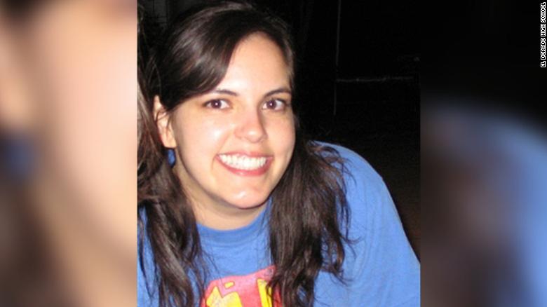 Encuentran a una profesora de California ahorcada en un salón de clases
