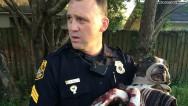 Policía rescata a perra atada a las vías y herida