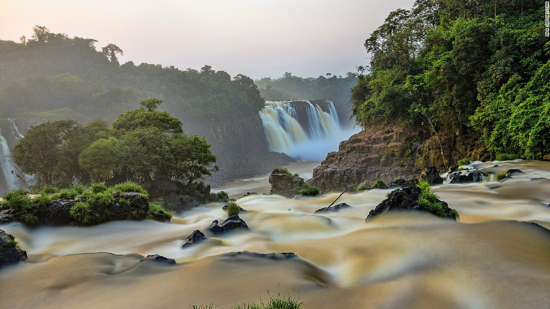 On the Brazilian side there's access to an incredible lookout with a 350-degree view over the entire falls.