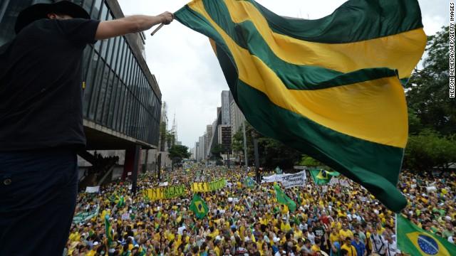 Manifestantes en Brasil piden la renuncia de Dilma Rousseff
