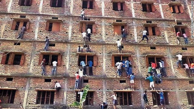 Escándalo en India: padres se vuelven 'arañas' para ayudar a sus hijos en exámenes