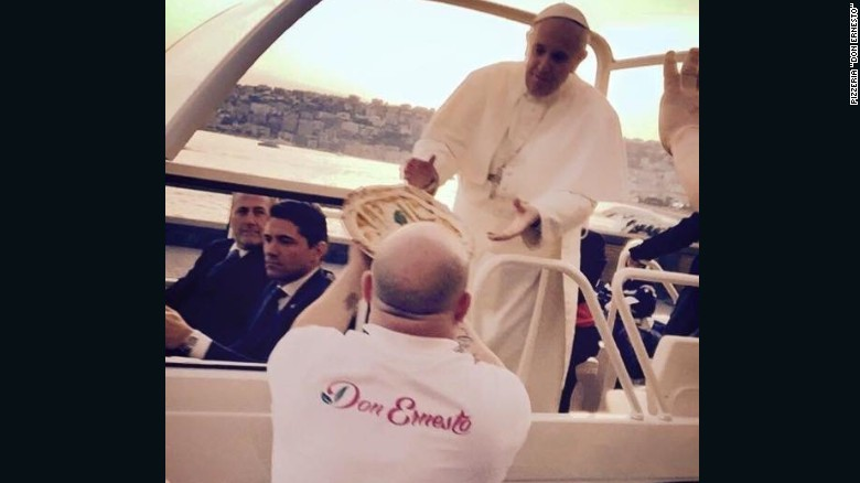 El papa Francisco no resiste la tentación de una pizza