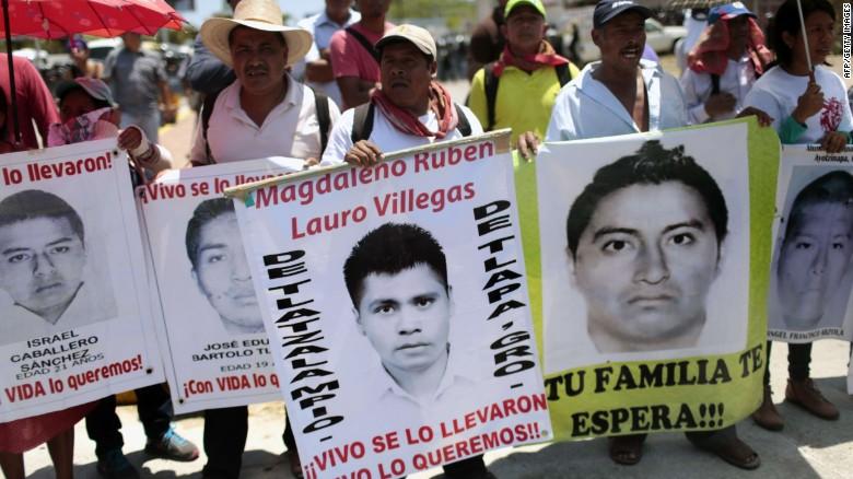 Padres de los 43 de Ayotzinapa piden ayuda a un 'narco'