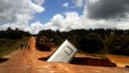 Un crater se traga un autobús en Brasil (VIDEO)