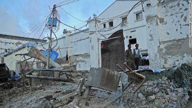 Al menos 20 muertos, un diplomático de la ONU entre ellos, en un atentado en un hotel de Somalia