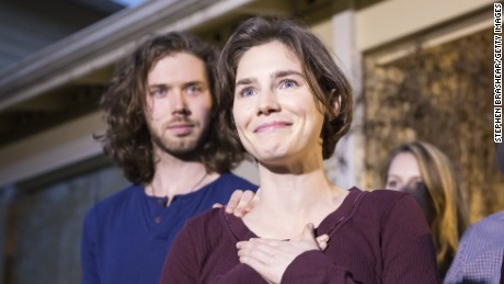 Amanda Knox speaks to the media during a brief press conference in front of her parents' home March 27, 2015 in Seattle, Washington. Knox and Raffaele Sollecito have been acquitted by Italy's highest court in the murder of British student Meredith Kercher, who was killed in her bedroom on November 1, 2007 in Perugia. Standing behind Knox is her fiance Colin Sutherland.