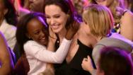 """""""Diferente es bueno"""", dice Angelina a los niños"""
