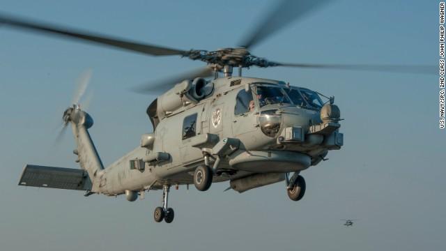 Avión militar iraní vuela a corta distancia de un helicóptero de la Marina de EE.UU.