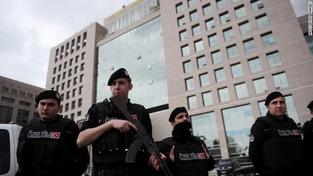Muere fiscal que fue tomado como rehén por dos hombres armados en Turquía
