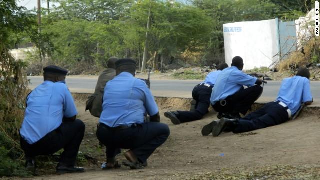 Policía de Kenia llegó tarde a ataque de universidad por demoras en transporte