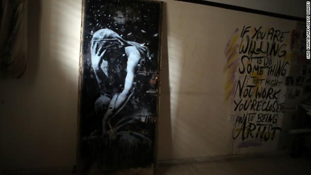 Policía de Gaza confisca puerta con obra de Banksy