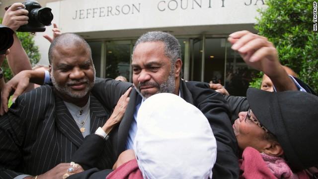 Liberan a hombre que estuvo en el corredor de la muerte por 30 años