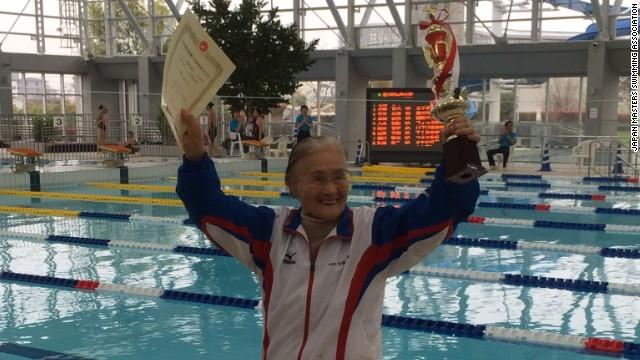 Una japonesa de 100 años rompe récord de natación