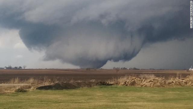 Ola de violentos tornados deja al menos dos muertos en Illinois