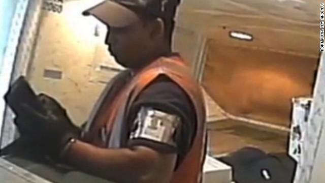 Cámaras ocultas muestran a trabajadores de aeropuertos saqueando maletas