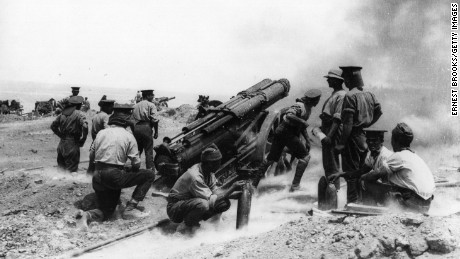 A 60-pounder heavy field gun in action on a cliff top at Helles Bay, Gallipoli, Turkey. (Photo by Ernest Brooks/Getty Images)