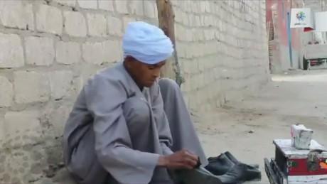 pkg egypt abdelaziz woman works as man_00014215