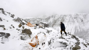 Earthquake triggers Everest avalanche