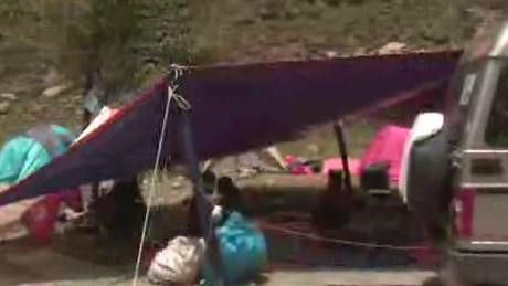 lklv damon locals help nepal quake victims_00002803.jpg