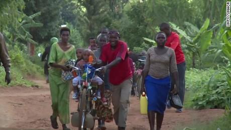 sot burundi refugees cross into rwanda_00000101