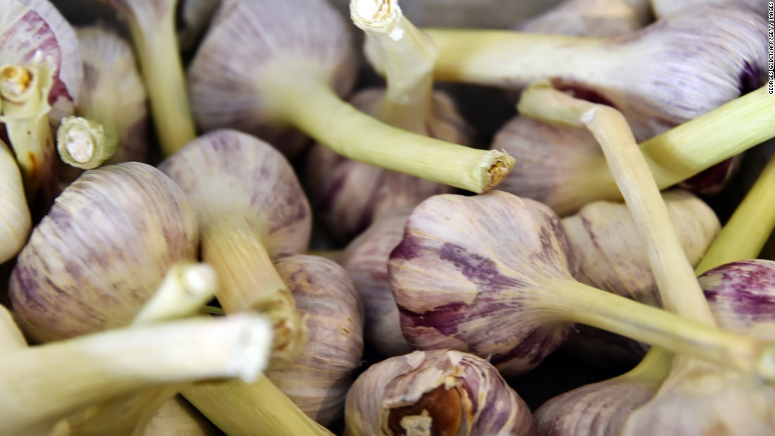 Garlic, leeks, wheat and barley contain inulin, a type of fiber that promote healthy gut bacteria.