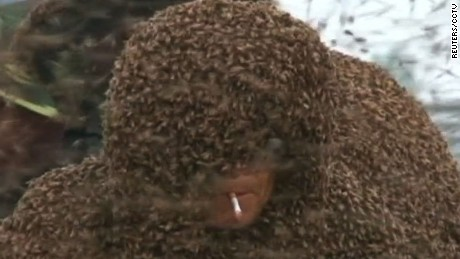china man covered in bees world record ct_00004618