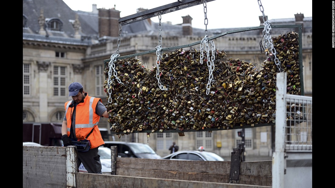 Paris removes 39 love locks 39 from pont des arts bridge for Locks on the bridge in paris