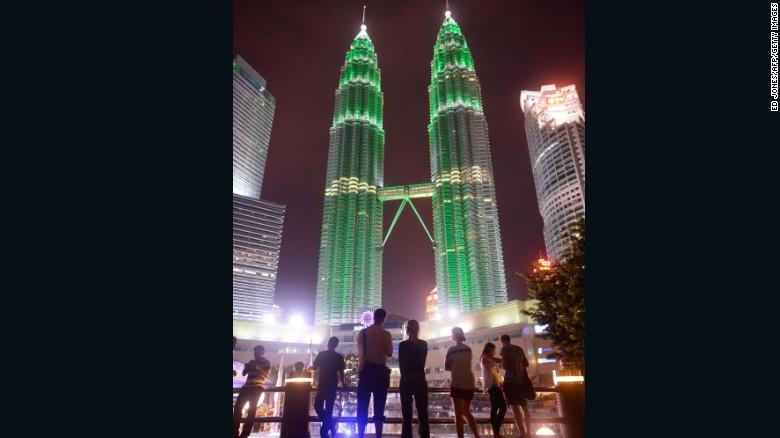 กลับไปที่ตึกแฝดที่สูงที่สุดในโลกที่ปิโตรนาสทาวเวอร์กัวลาลัมเปอร์คาดว่าจะได้ต้อนรับ 11,130,000 นักท่องเที่ยวจากต่างประเทศในปี 2015