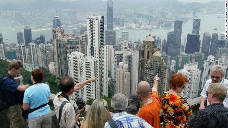 ตึกระฟ้าแห่งอนาคตต่อไปที่วัดจีนแบบดั้งเดิม  มัน & # 39; s ที่คาดว่า 8,660,000 นักท่องเที่ยวจากต่างประเทศที่จะมาถึงฮ่องกงในปี 2015 ตามที่มาสเตอร์การ์ด & # 39; s ปลายทางทั่วโลกล่าสุดดัชนีเมือง
