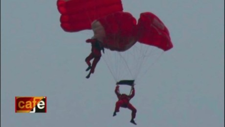 cnnee vo cafe rescue parachute viral video_00010807