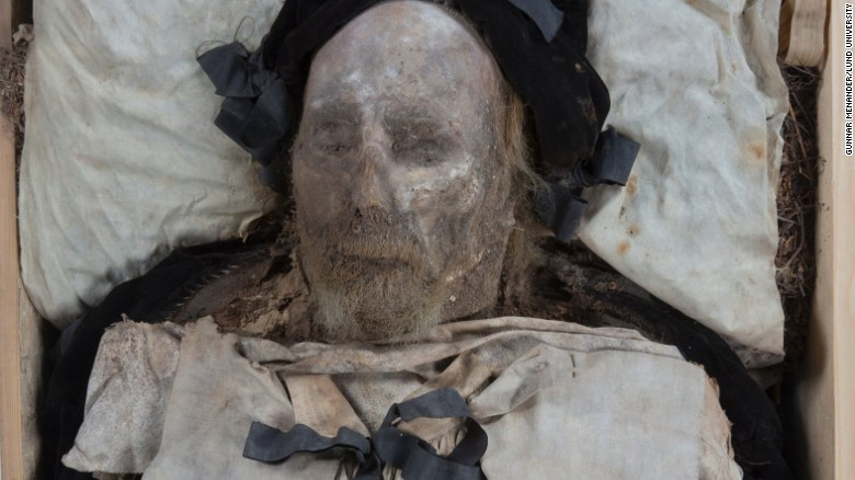 Researchers examining the mummified remains of Bishop Peder Winstrup, buried in Lund Cathedral in 1680, have made an unusual discovery.