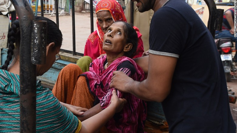 A man shifts a heatwave victim to a hospital in Pakistan's worst-hit city, Karachi, on June 22, 2015. Officials say hundreds have died in a heat wave in southern Pakistan, as the government called in the army to help tackle widespread heatstroke in Karachi.