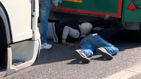 calais migrant crossing france gorani pkg_00012213