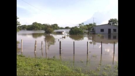cnnee pkg hernandez veenzuela guasdualito floods_00023104