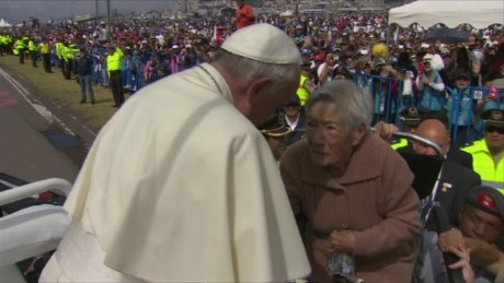 Pope Ecuador selfie disabled woman kiss vo_00001206.jpg