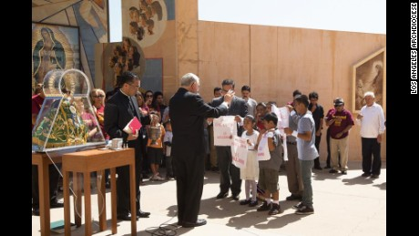 Archbishop José Horacio Gomez blessed the handkerchief of immigrant children in the plaza of the Cathedral of Our Lady of Angeles in downtown Los Angeles in 2014. Jersey Vargas, 11, who met the Pope last March and who has been active in the immigration movement, will also attend this year's Mass with her family on Sunday for the second consecutive year.