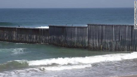 US border fence evangelista_00013112.jpg