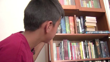 mailman gives donated books to boy dnt_00013305