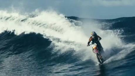 cnnee vo cibercafe burke surf in motorcycle_00004412